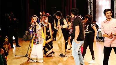 Jatin and Shazia perform Hojamalo
